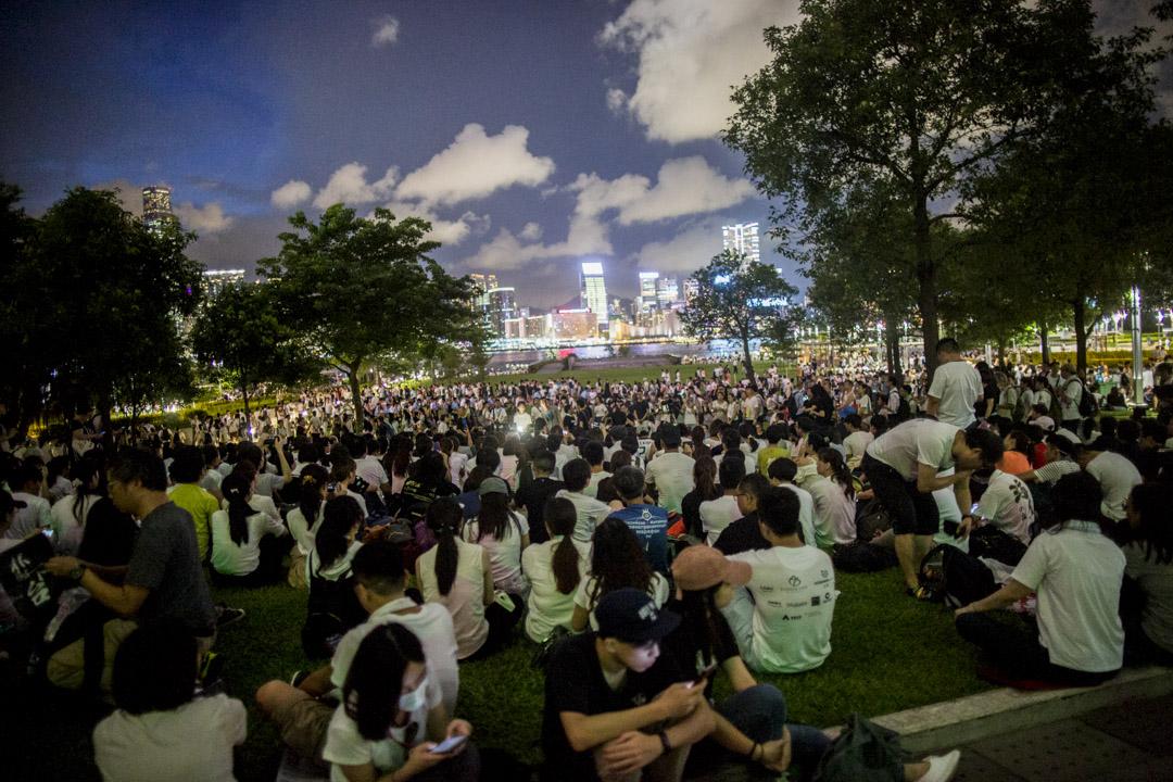 2019年6月9日,民陣發起反對《逃犯條例》修訂的「反送中」大遊行,遊行後不少參加市民坐在添馬公園草地。 攝:林振東/端傳媒