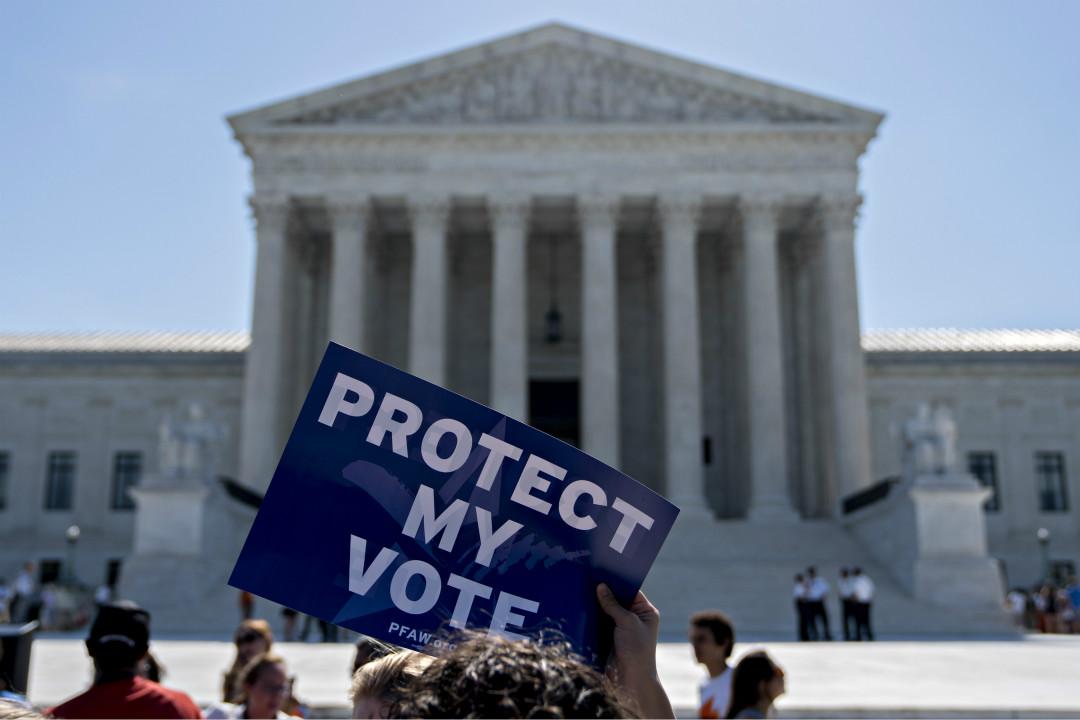 2019年6月27日,美國最高法院外,示威者舉牌抗議特朗普政府試圖在人口普查中詢問公民身份,強調捍衛投票權利。 攝:Andrew Harrer/Getty Images