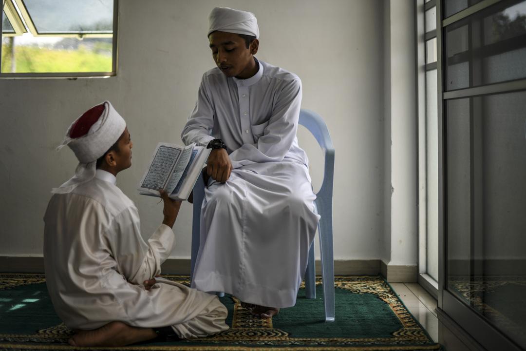 2019年5月16日,馬來西亞彭亨州,宗教學校的穆斯林學生在齋月期間誦讀古蘭經。