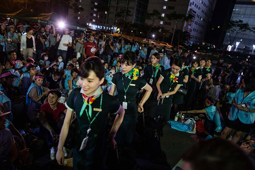 2019年6月20日,罷工的長榮空服員在南崁公司總部外靜坐。圖為一批剛下班的空服員回到公司總部。