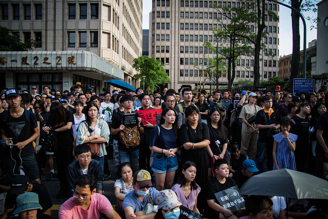 在台香港學生及畢業生逃犯條例關注組、台灣公民陣線與台灣青年民主協會等團體,共同於立法院群賢樓外舉辦「撐香港,反送中」集會。