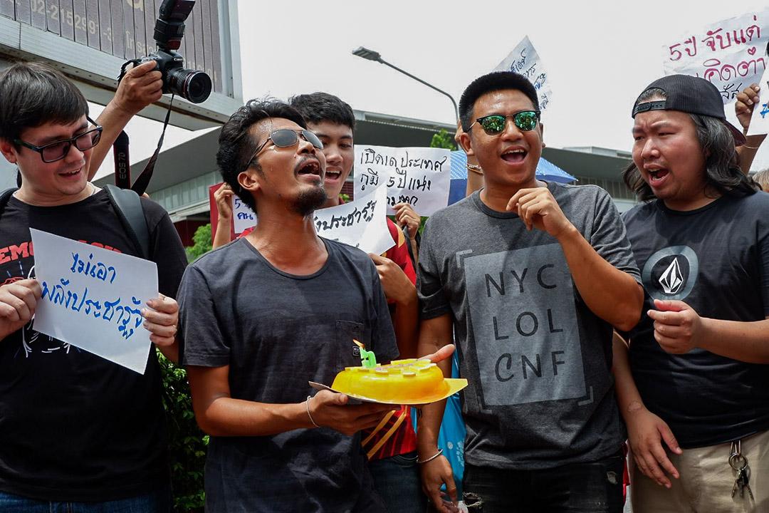 28歲的Jatupat Boonpattararaksa(右二),小名Pai,孔敬大學法律系畢業,因加入獨立社團土星社(Dao Din)在泰國東北從事環境運動抗爭而為人所知,人們多稱他為Pai Dao Din。