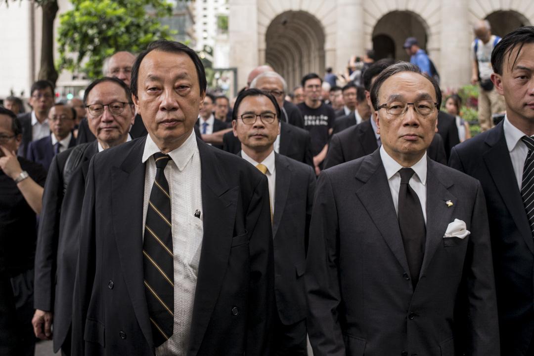 資深大律師陳景生與梁家傑等站在遊行隊伍的隊頭。
