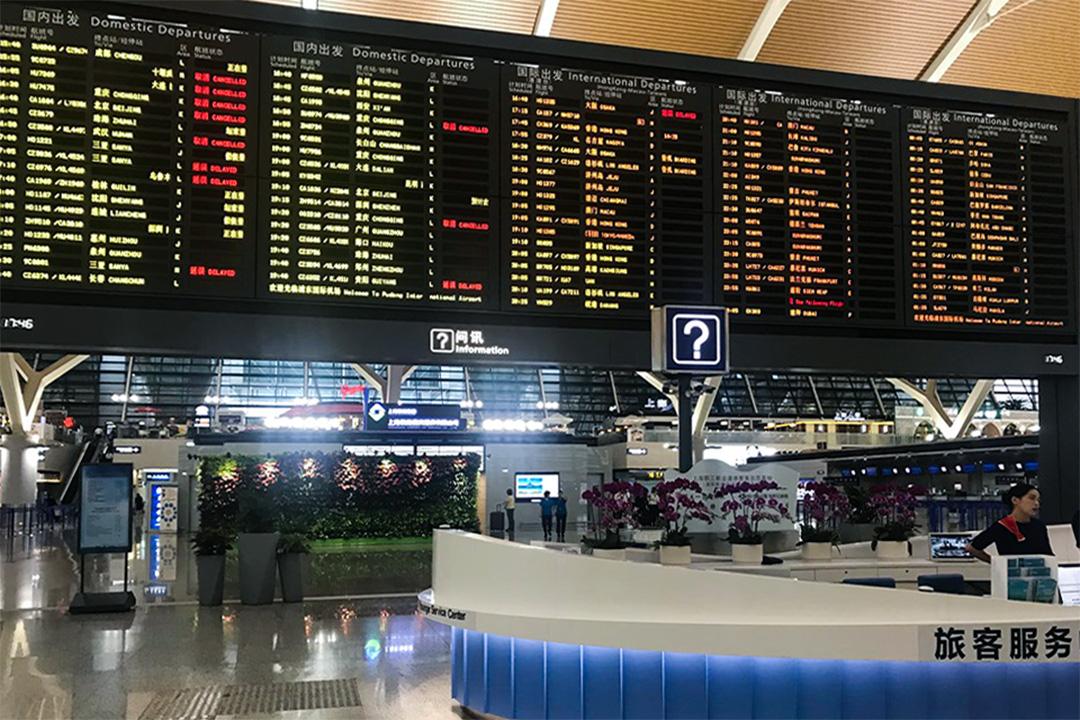 浦東機場的大廳航班表顯示,很多航班遭取消或是延誤。