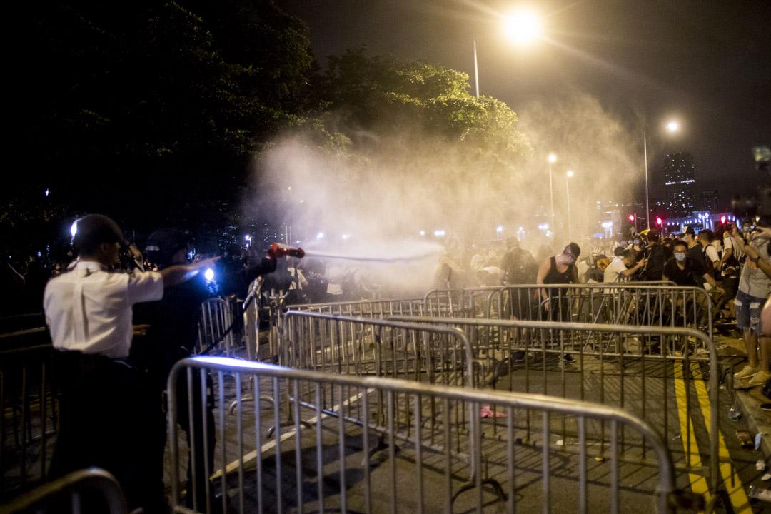 00:47,警察以巨型胡椒噴霧驅趕示威者。