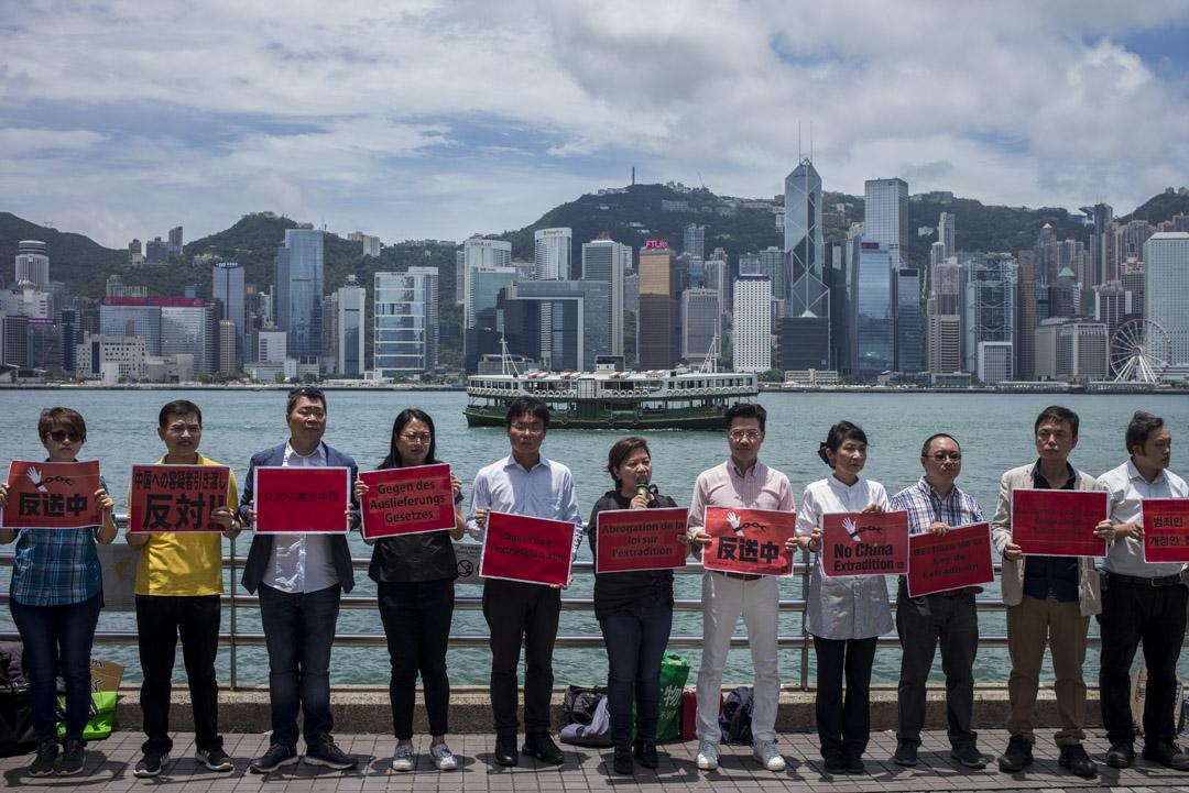 2019年6月2日,「全港反送中聯席」約廿名成員請願,他們手持多國語言標語,呼籲市民及在港的外籍人士,參與6月9日反送中大遊行。