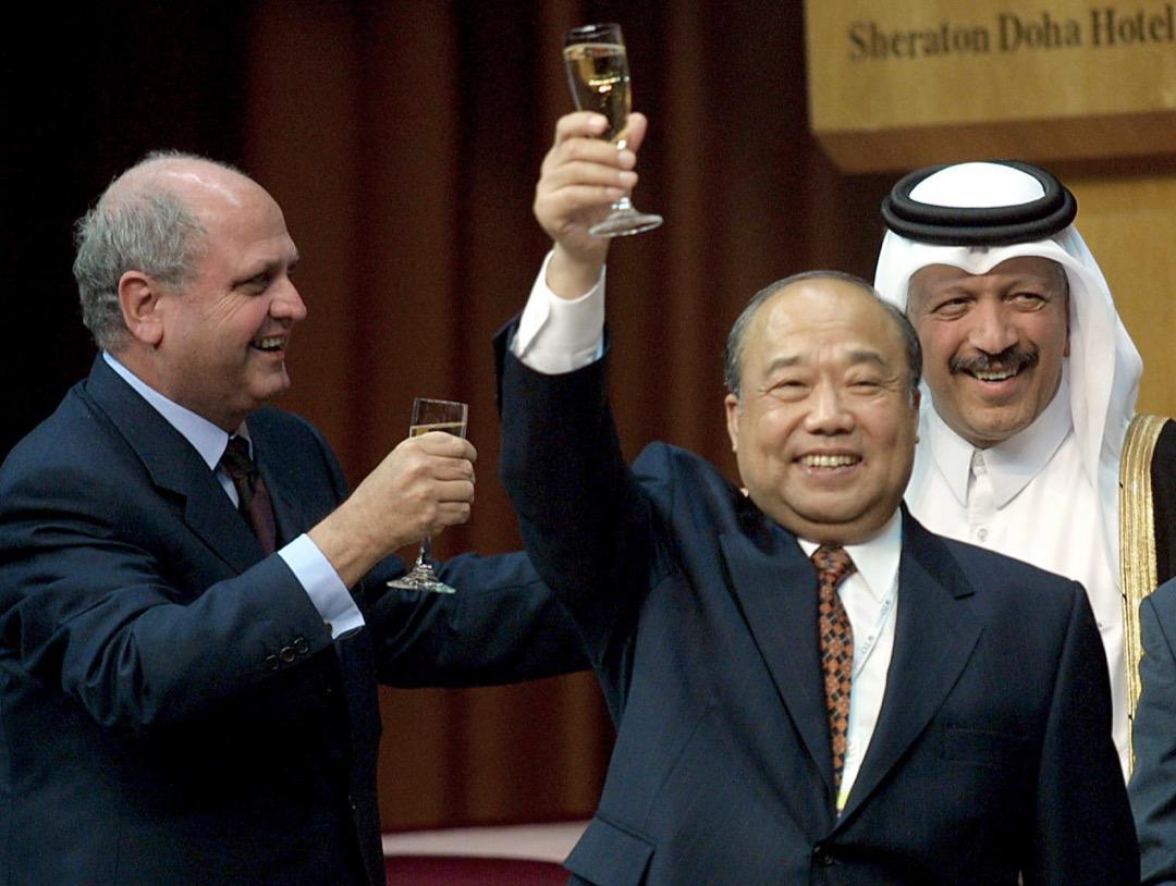 2001年11月11日,中國對外貿易經濟合作部部長石廣生與世貿總幹事穆爾乾杯,慶祝中國簽署中國加入世界貿易組織議定書。