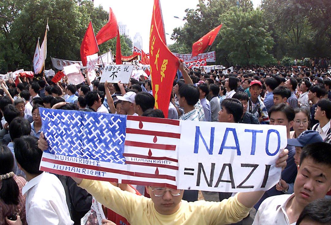「打倒美帝國主義」、「北約是納粹」、「中國人民不可辱」、「洗雪國恥、抗擊侵略」等標語在激憤的抗議人群中隨處可見。