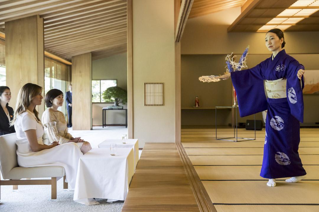 2019年5月27日,美國第一夫人梅拉尼婭和日本首相安倍晉三的妻子阿基安倍,在日本東京的赤坂宮觀看傳統舞蹈。
