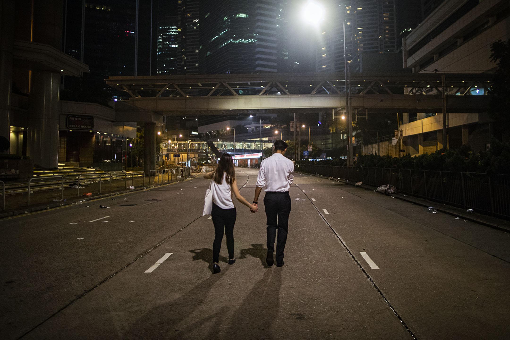 2019年6月12日深夜,一對情侶在被佔領的馬路上。