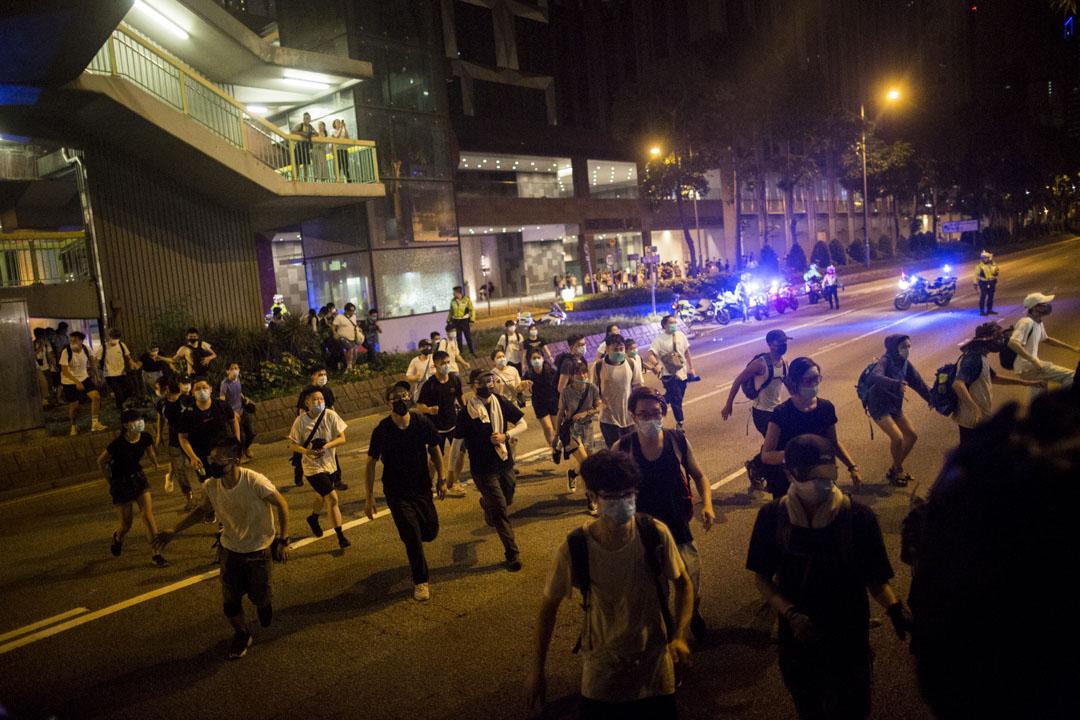 02:44,示威者被警察驅趕,退到灣仔新鴻基中心外。