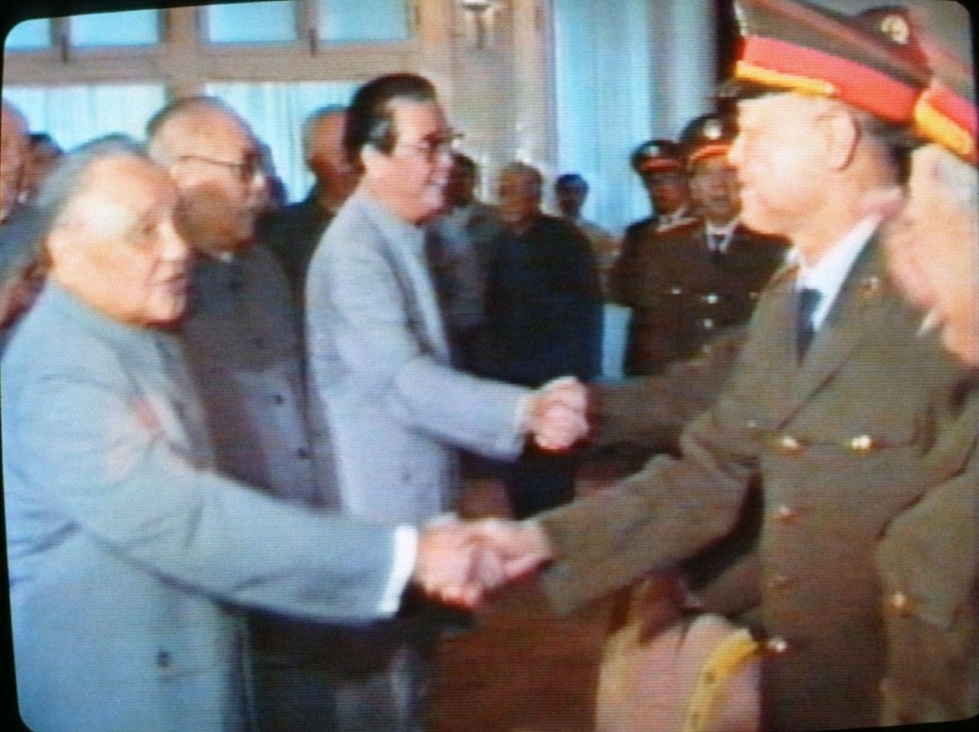 1989年6月,中共領導人鄧小平、李鵬等在北京接見戒嚴部隊。