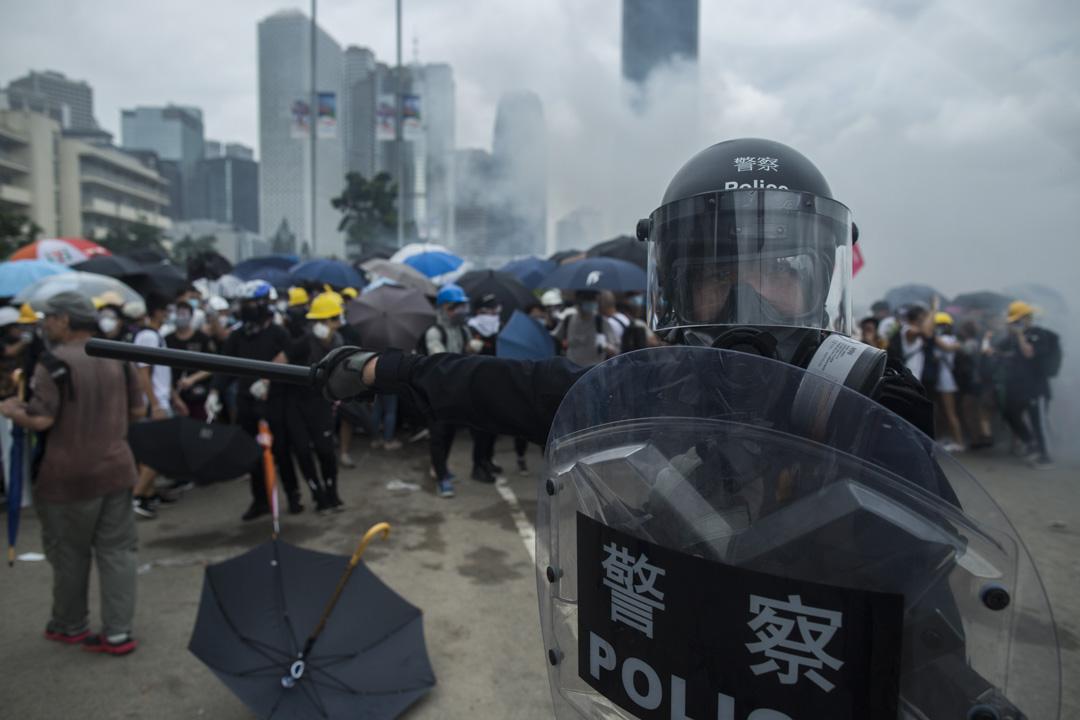 2019年6月12日,一名防暴警察在龍和道清場。