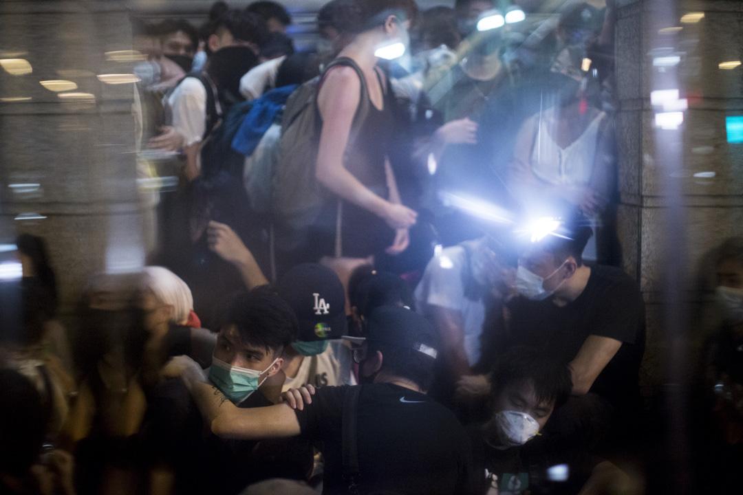 02:55,示威者在舊灣仔警署被迫向牆角。