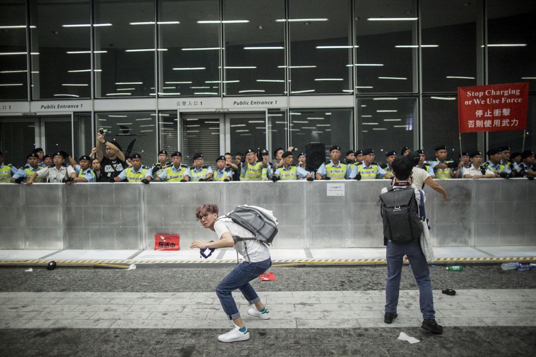 00:09,示威者向警方投擲物品。