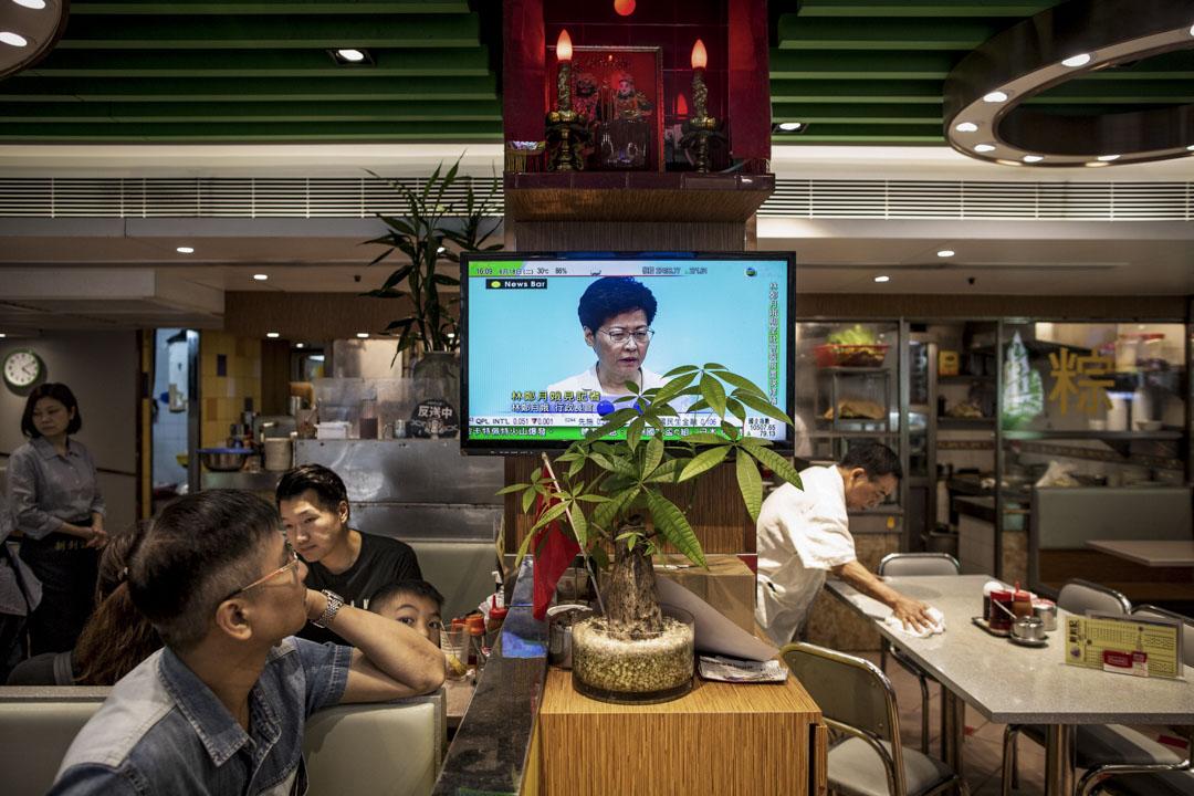 2019年6月18日,林鄭月娥在政府總部召開記者會,期間表示向每一名市民真誠道歉。圖為一間直播記者會的茶餐廳。