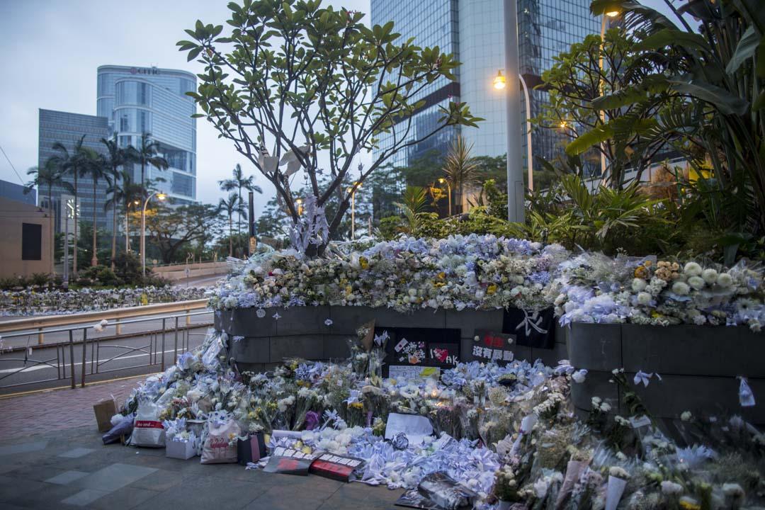 2019年6月17日清晨,太古廣場外,因悼念墮斃的反修例男子,白色花束堆滿行人路。