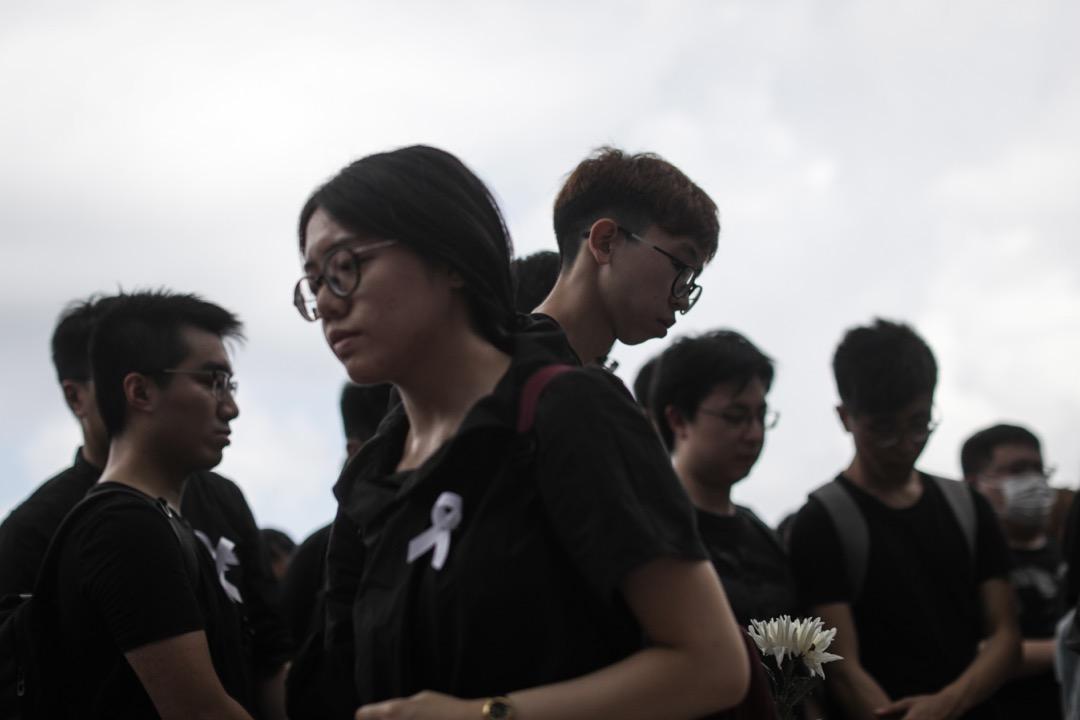 2019年6月30日,全港多地發起悼念活動,一名就讀香港教育大學的21歲盧姓女子,在粉嶺一屋邨高處墜下身亡,墮樓前她在牆壁留下字句,表達反對修訂《逃犯條例》並籲「堅持下去」