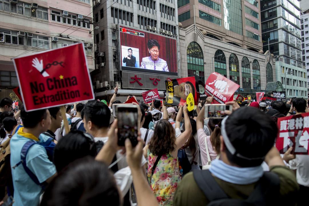 2019年6月9日,民陣發起反對《逃犯條例》修訂的「反送中」大遊行,遊行隊伍途經灣仔時,其中有一個巨型螢幕正播放林鄭月娥有關《逃犯條例》修訂的影片。