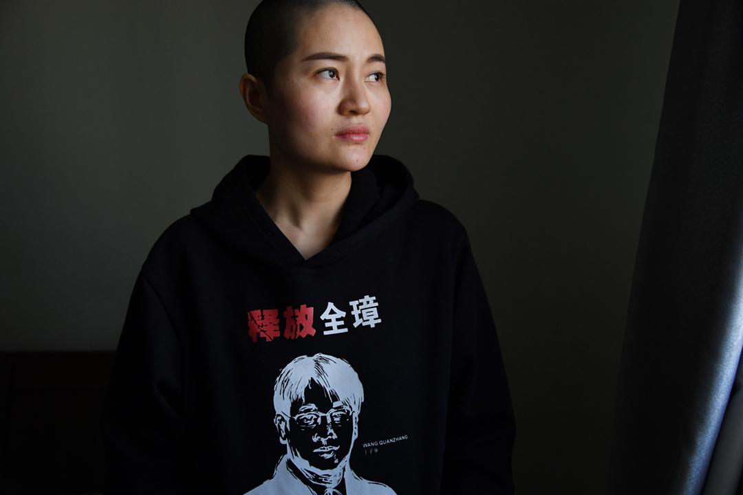 中國維權律師王全璋自2015年7月被捕、隨後被判囚以來,今天首次獲准由妻子李文足探望。圖為2019年1月28日,李文足在北京家中,身穿印有「釋放全璋」訴求的衣服。