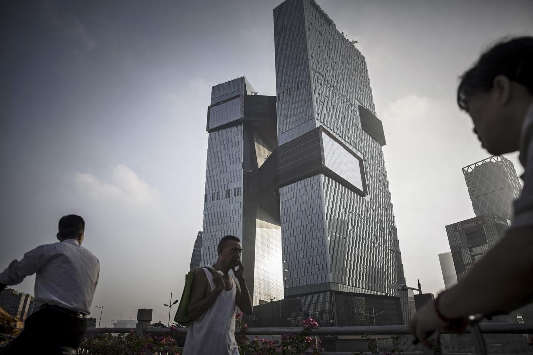 中國互聯網巨頭具有極強的延展性,把觸角伸向每一個行業,並將關注度、資本、人才等一系列資源,源源不斷吸納進自身,這種布局極大壓榨了各類有創新活力的小公司的生存空間。