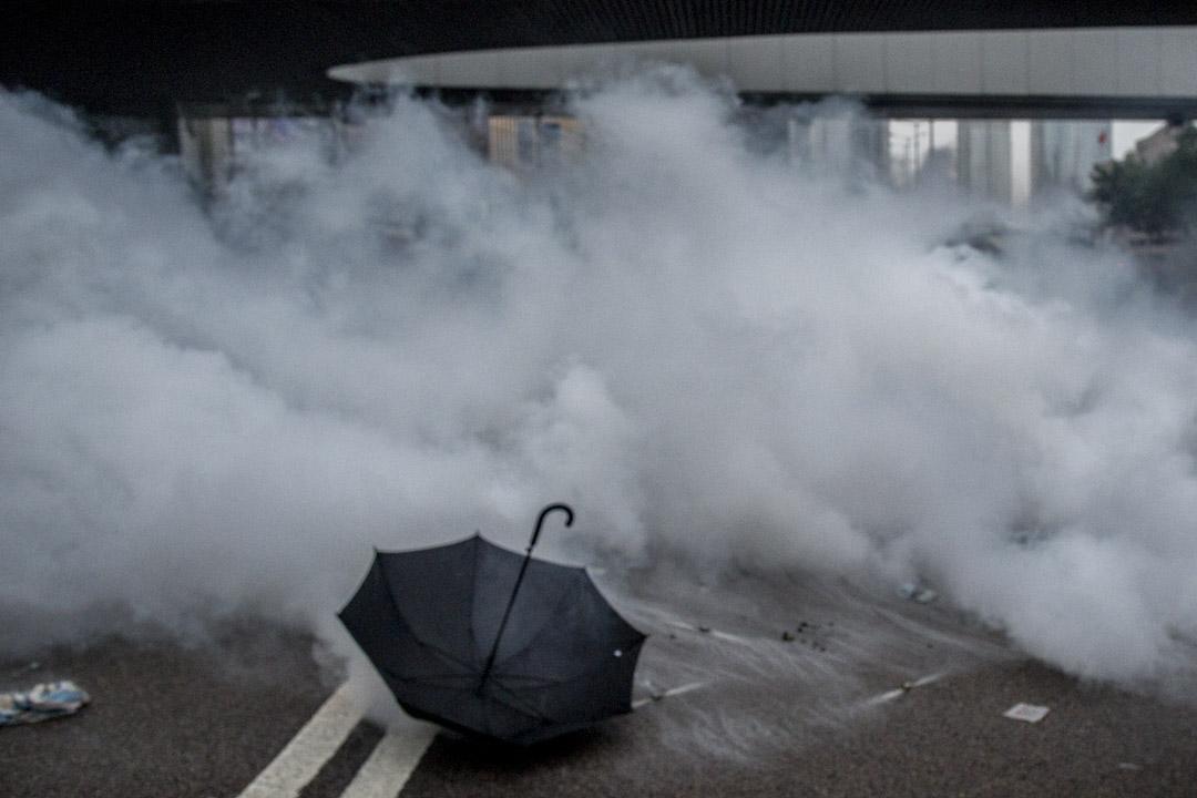 2019年6月12日,警方在夏慤道清場期間,遺下一把雨傘。 攝:林振東/端傳媒