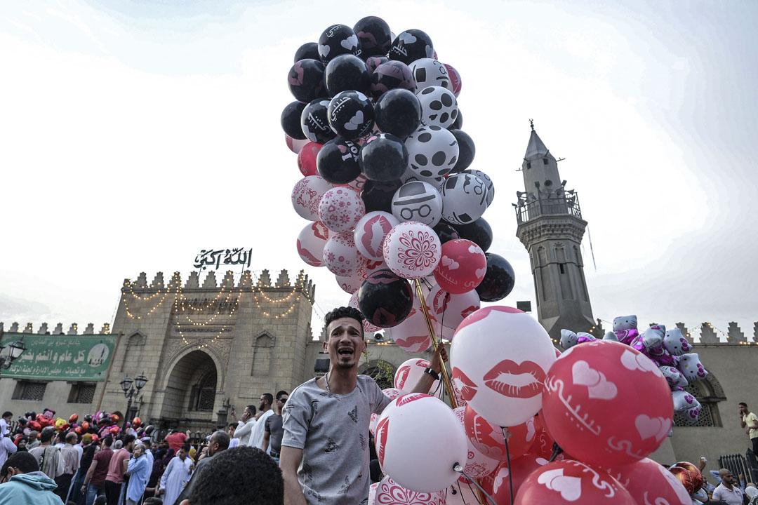 2019年6月5日,埃及老開羅的清真寺前,穆斯林們在慶祝開齋節。同日,武裝分子在西奈半島的一個檢查站殺害了八名埃及準軍人。