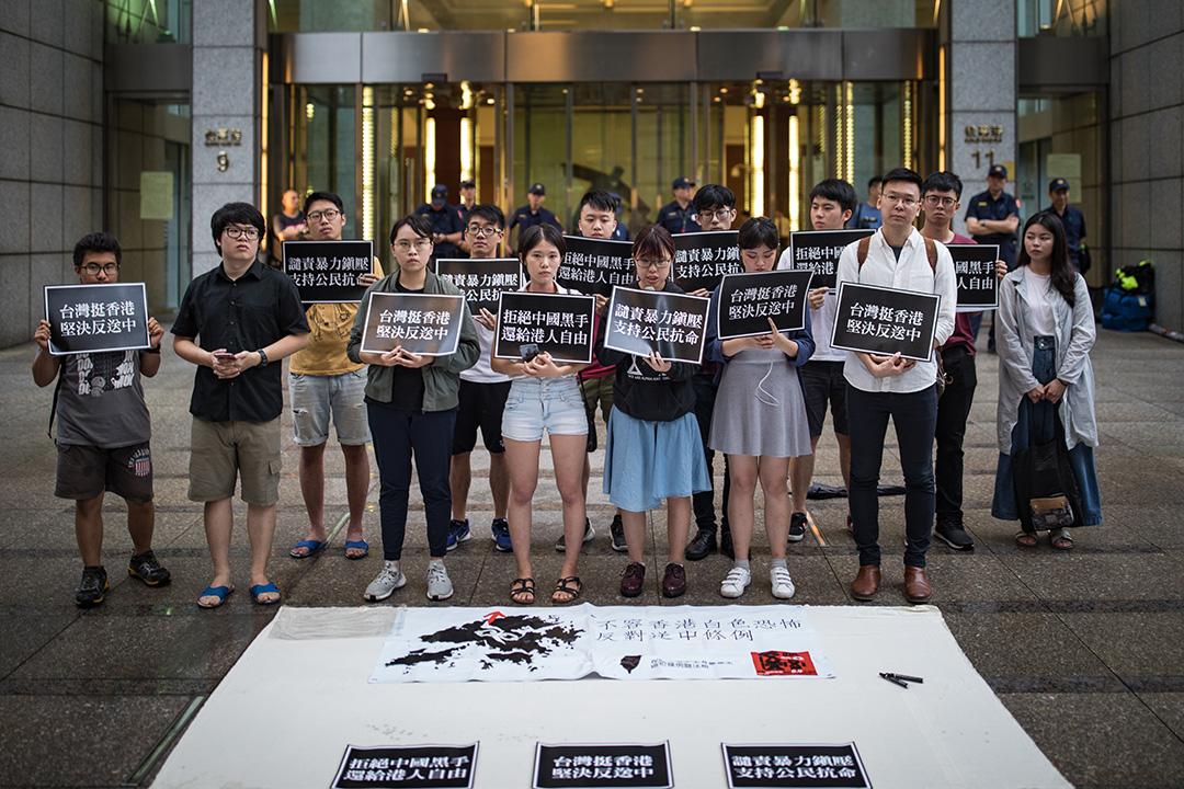 2019年6月10日,約莫30名台港青年出席「台灣青年挺香港,堅決抗議反送中」記者會。