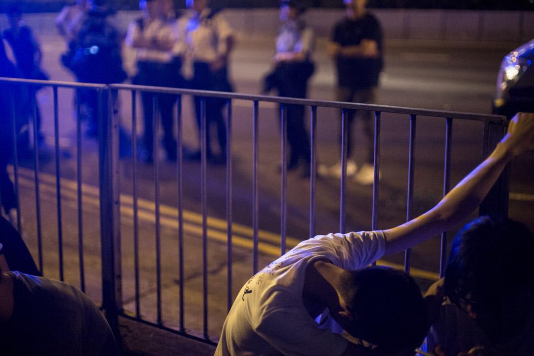 2019年6月10日凌晨約4時,警方登記示威者個人資料及搜查,確認是否通緝犯與身上有否違禁品,無關人士獲逐一放行。