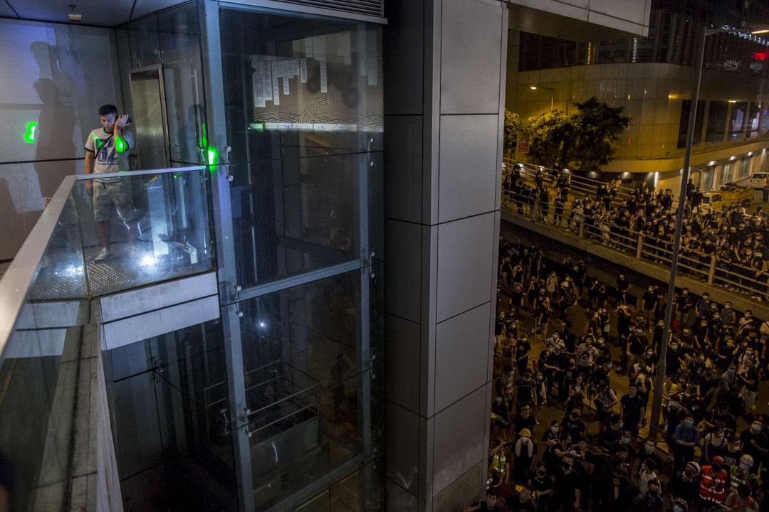 2019年6月26日,示威者包圍警察總部,期間一名懷疑便衣警員的男子被圍堵在一個角落,被示威者用燈光照射。