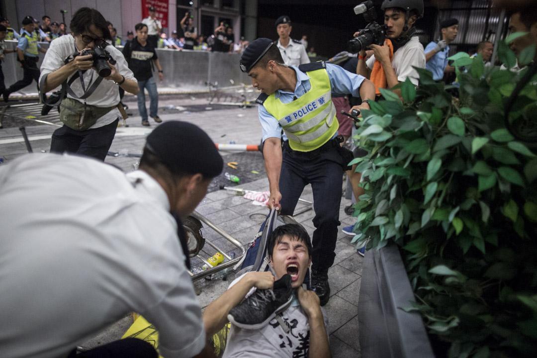 00:18,警察將示威者帶離現場。