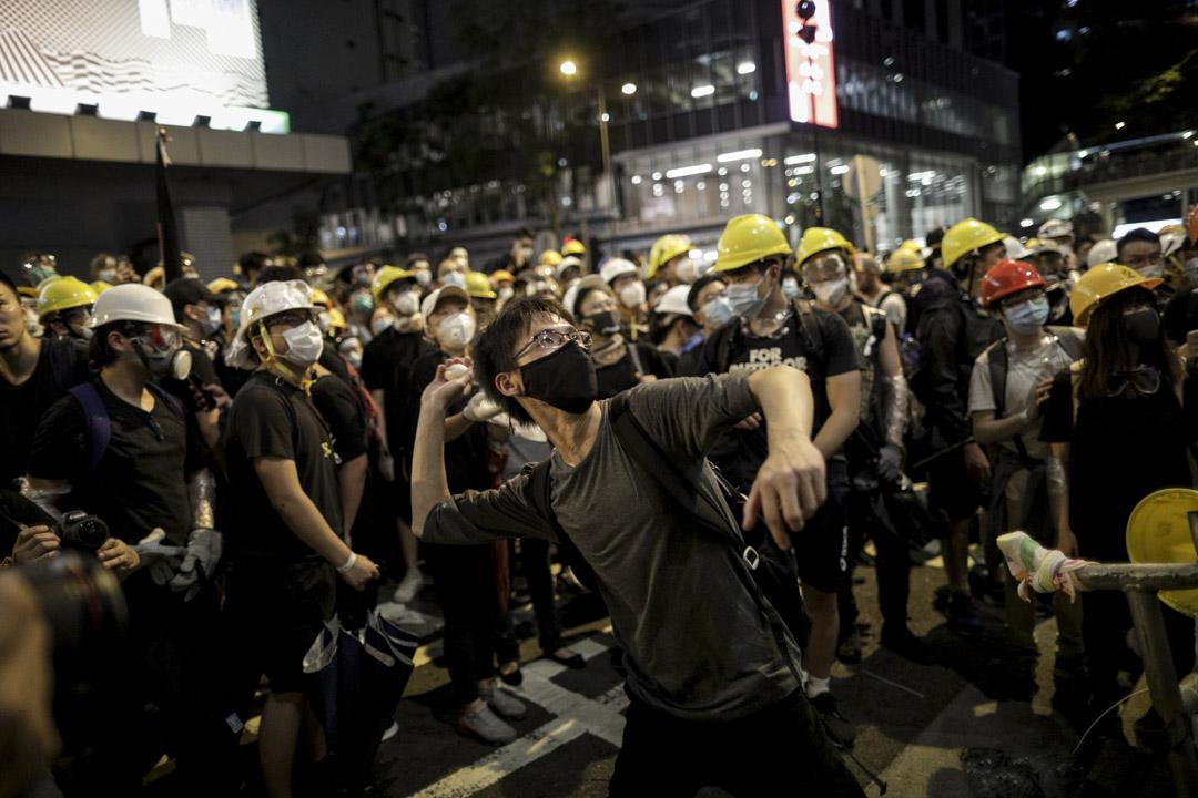2019年6月21日,示威者包圍灣仔警察總部,並向建築物投擲雞蛋。 攝:Stanley Leung/端傳媒
