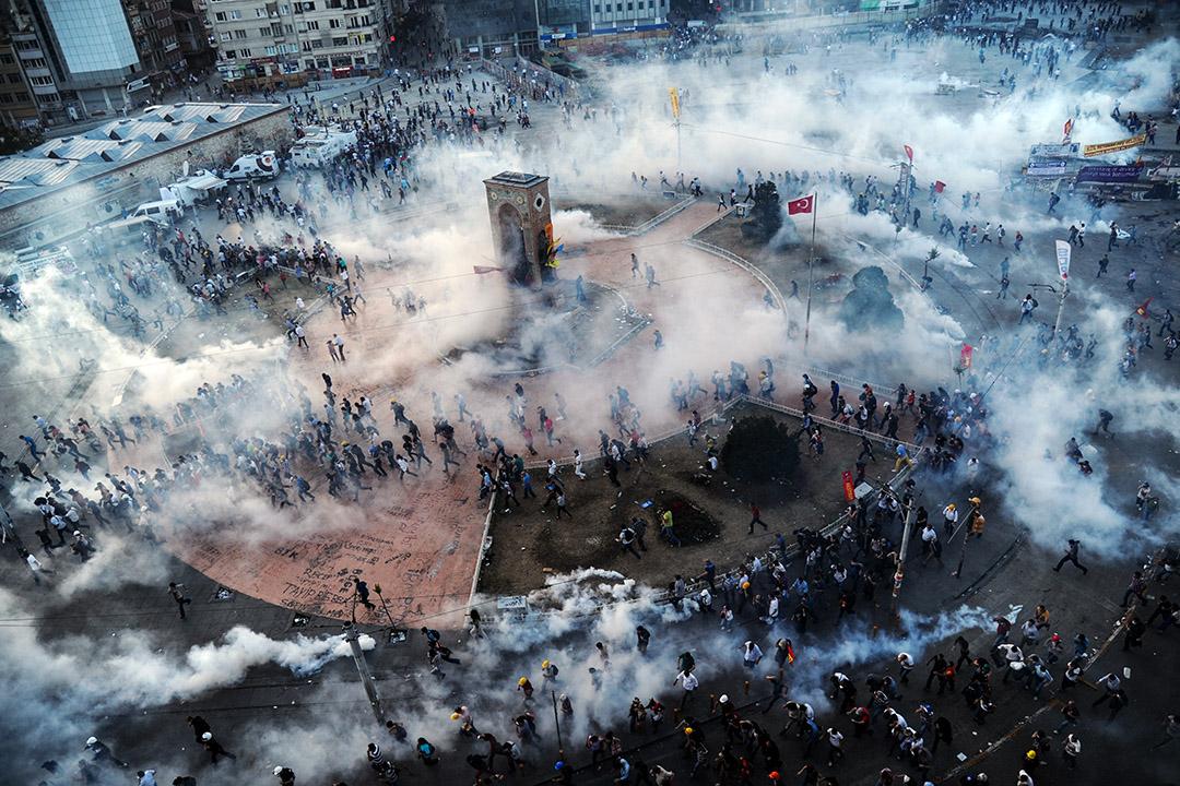 2013年6月11日,土耳其防暴警察在塔克西姆廣場發射催淚彈。
