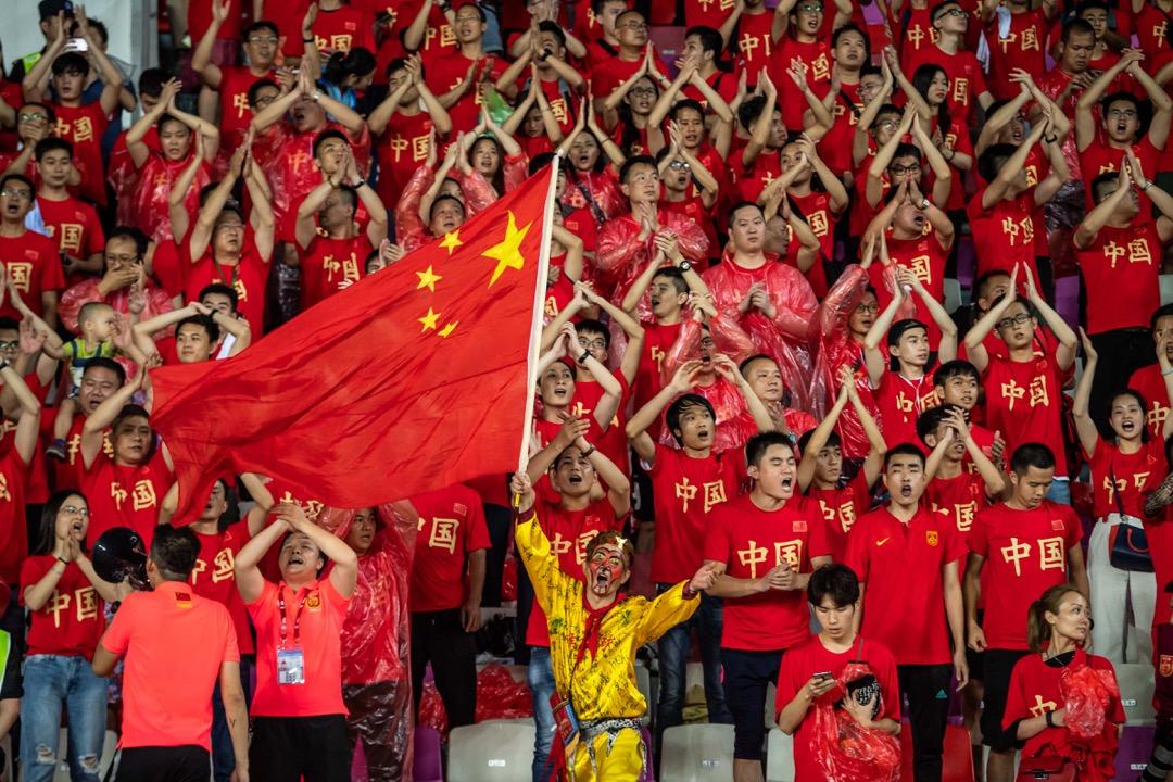 顏強:「現代社會越來越開化,越來越和外部世界聯通,但中國人卻始終無法摘掉頭上那頂叫『大國』的帽子,於是他們開始編造各種與民族和文化自信有關的言辭來自圓其說。」
