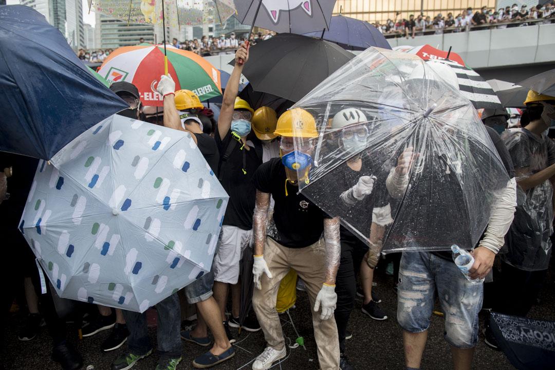2019年6月12日,示威者衝擊警察防線。