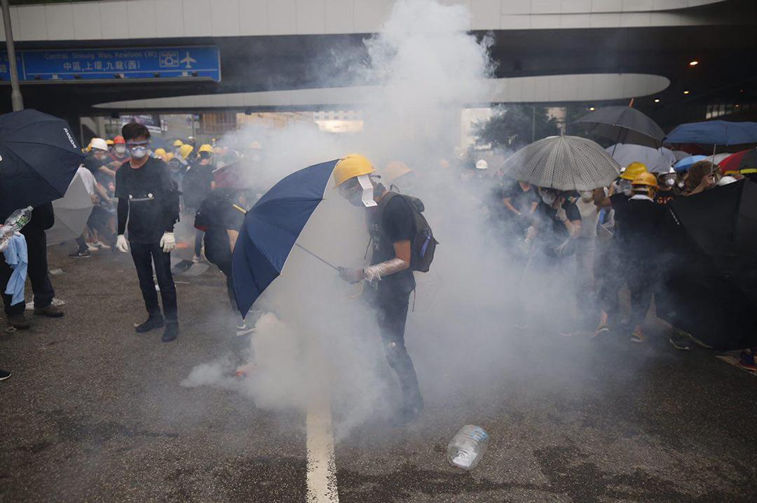 2019年6月12日,示威者衝擊警察防線,引發警方清場,施放催淚彈。