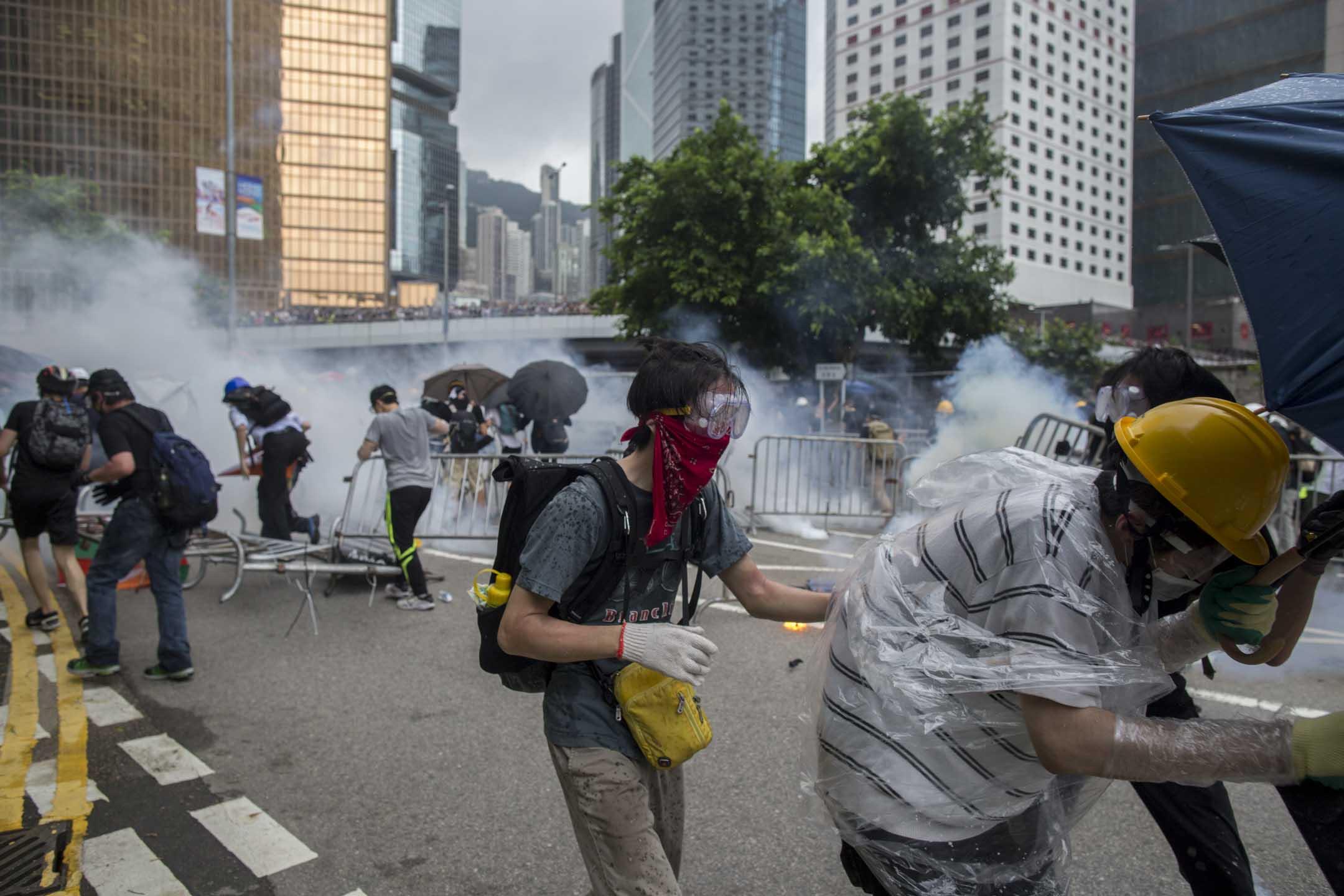 2019年6月12日,示威者衝擊警察防線,遭警方催淚煙還擊。 攝:林振東/端傳媒