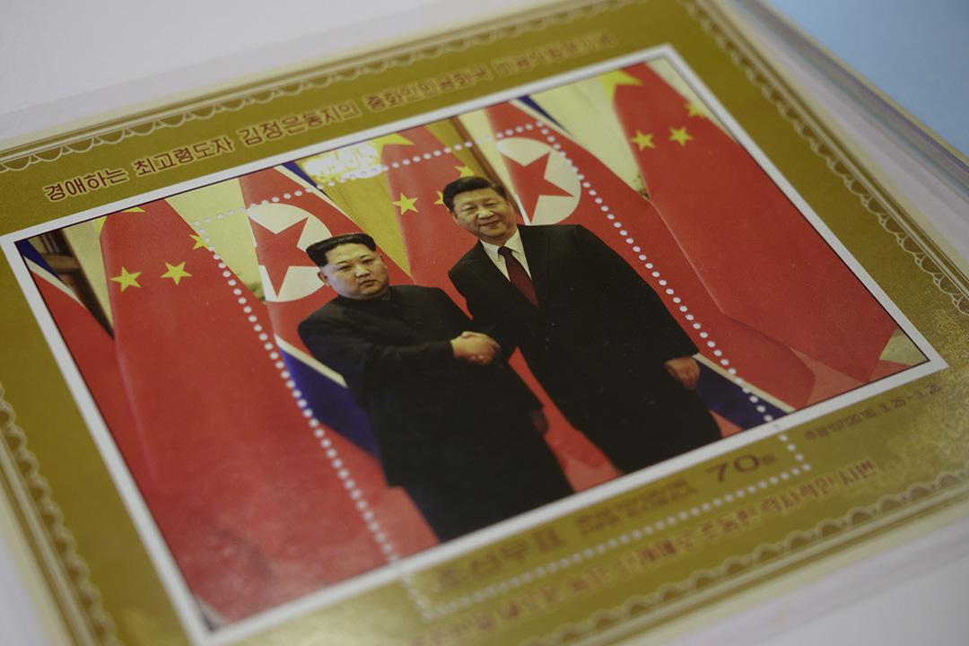 6月18日,平壤一間商店正在售賣習近平與金正恩會面的紀念郵票。 攝: ED JONES/AFP/Getty Images