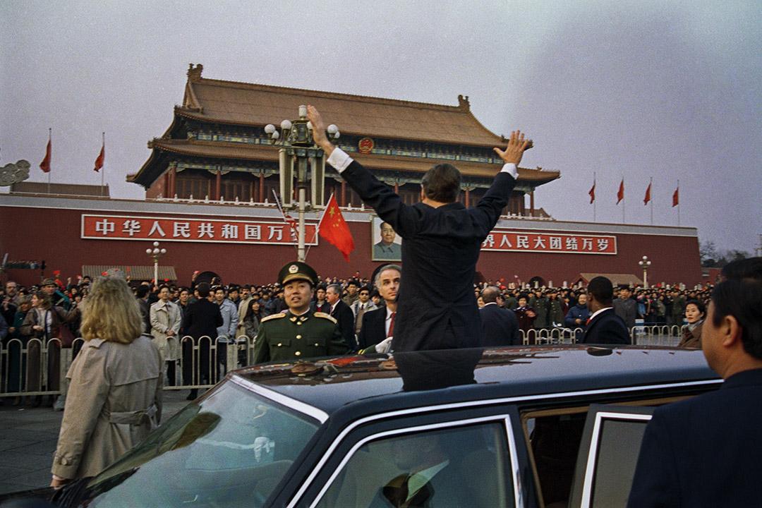 1989年2月25日,美國總統喬治布什在天安門廣場向中國群眾揮手致意,他的車隊停在他所住賓館的路上。 圖:Bettmann/Getty Images