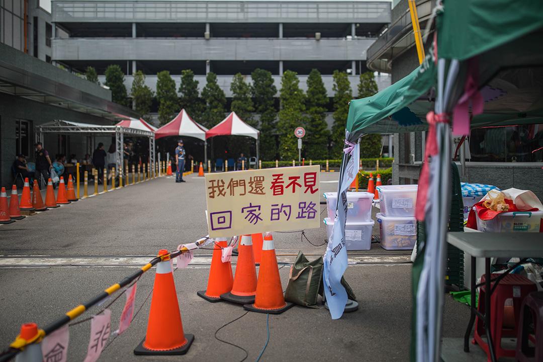 2019年6月27日,長榮罷工的空服員在公司外的標語。
