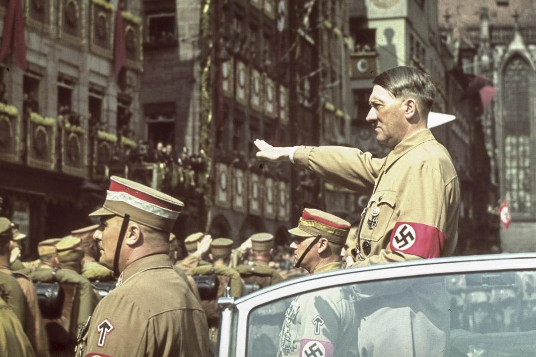 德國紐倫堡的納粹黨代表大會期間,希特勒向群眾致敬。