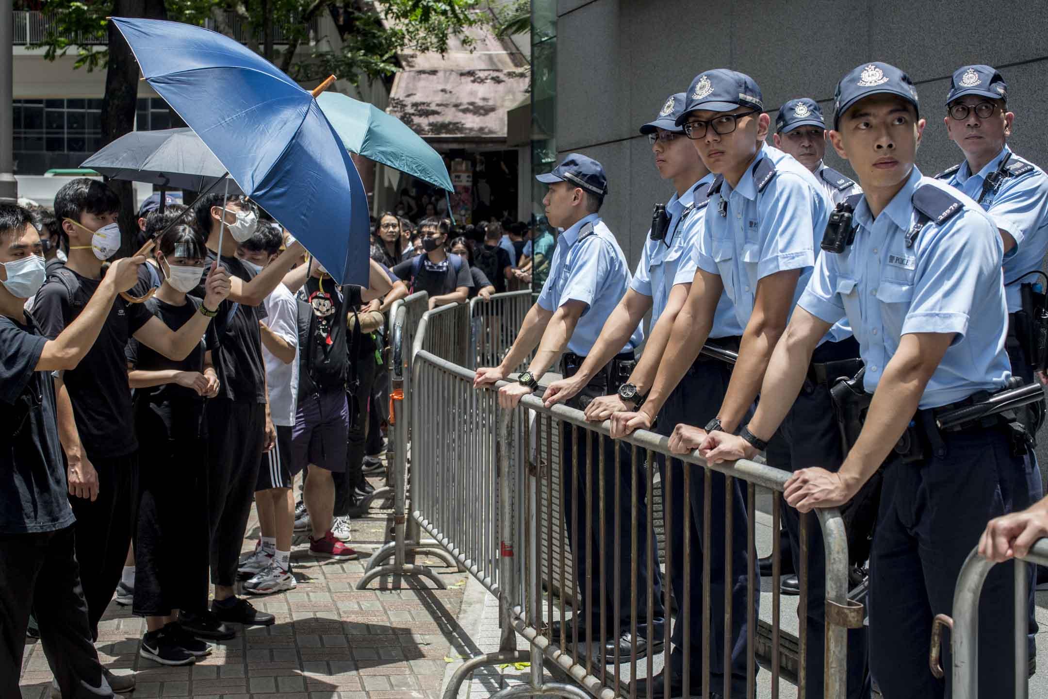 2019年6月21日,示威者包圍灣仔警察總部。 攝:林振東/端傳媒