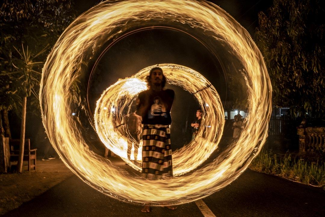 2019年6月4日,印尼爪哇島,穆斯林男人揮舞著火棍,走在開齋節的慶祝遊行裡。