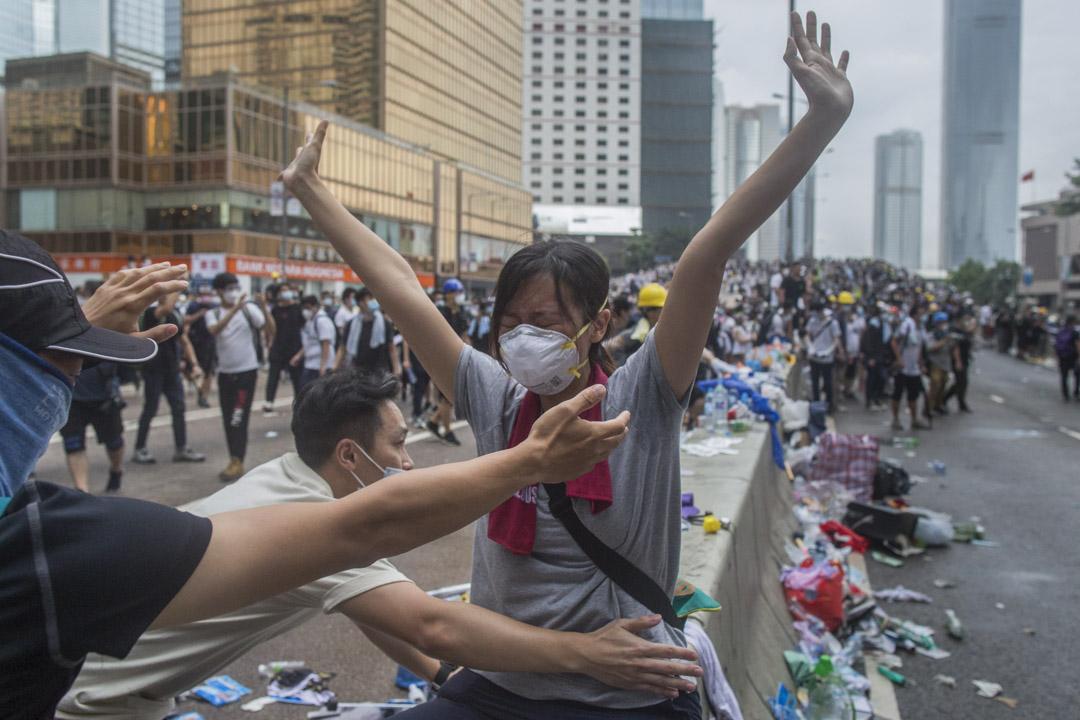 2019年6月12日,一名示威者在警方清場期間哭泣。