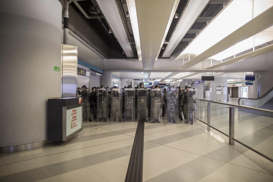 2019年7月22日,約凌約1時,大批防暴警察到達元朗西鐵站,在已無白衣人及市民的站內戒備駐守。