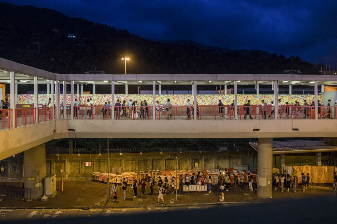荃灣港鐵站往愉景新城天橋。