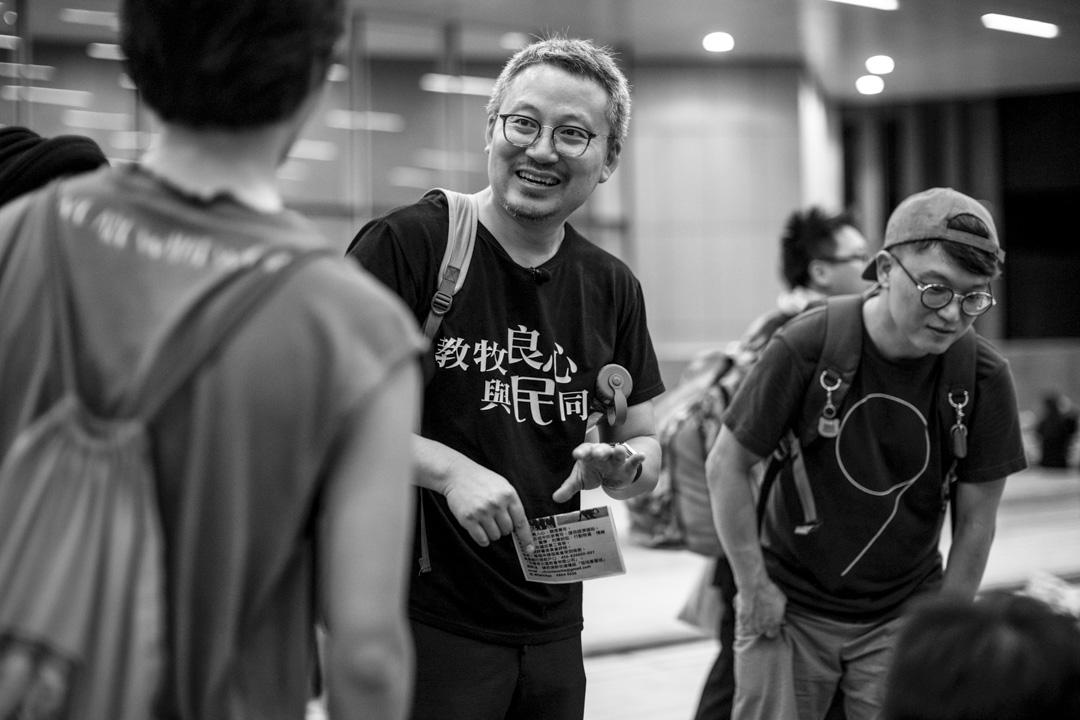 王少勇牧師在立法會前示威區跟年輕人交談。