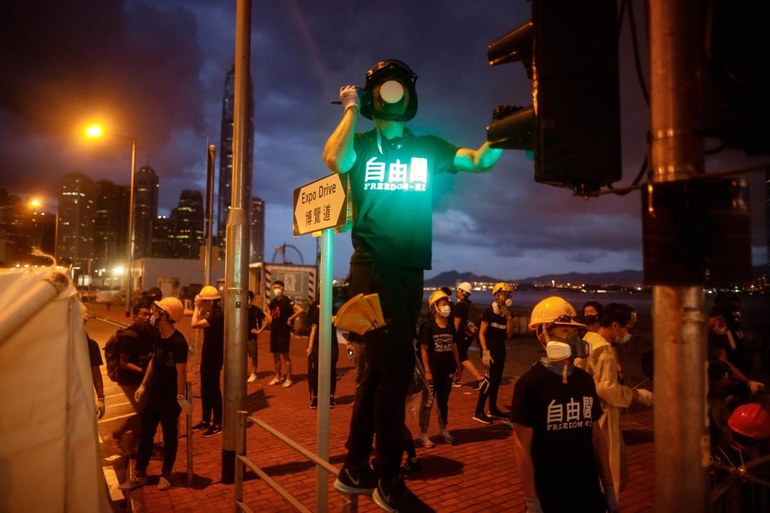 2019年7月1日,清晨六時,示威者佔據通往金紫荊廣場的一段龍和道。 攝:林振東/端傳媒