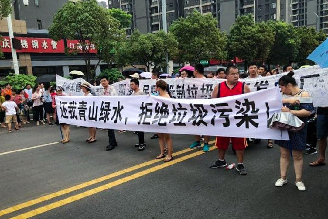 湖北省武漢市郊的新洲區陽邏街道居民多次走上街頭,抗議當地政府興建垃圾焚化爐。 圖:網上圖片