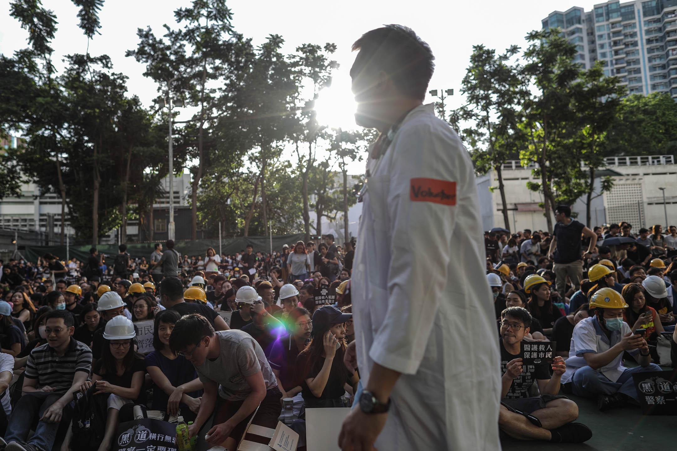 2019年7月26日,公立醫院前線在伊利沙伯醫院發起「醫護市民,一起同行」的集會,並以白袍、頭盔為記。 攝:Stanley Leung/端傳媒